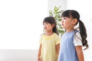 友達と遊ぶ女の子たちの写真素材 [FYI04710255]