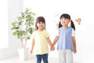 友達と遊ぶ女の子の写真素材 [FYI04710256]