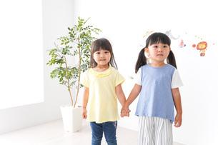 友達と遊ぶ女の子たちの写真素材 [FYI04710257]