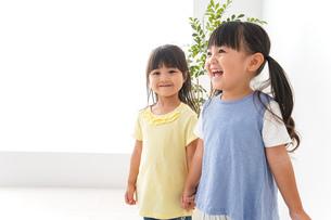 友達と遊ぶ女の子の写真素材 [FYI04710259]