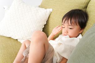 ソファで寝る男の子の写真素材 [FYI04710264]