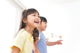 友達と遊ぶ女の子の写真素材 [FYI04710267]