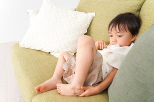 ソファで寝る男の子の写真素材 [FYI04710272]