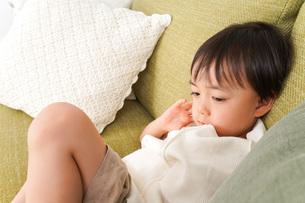 ソファで寝る男の子の写真素材 [FYI04710278]