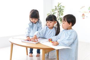 幼稚園でお絵かきをする子どもの写真素材 [FYI04710285]