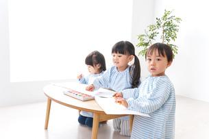 幼稚園でお絵かきをする子どもたちの写真素材 [FYI04710289]