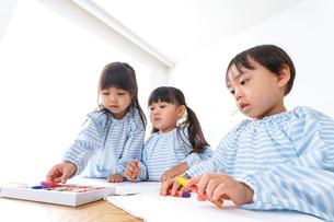 幼稚園でお絵かきをする子どもの写真素材 [FYI04710293]