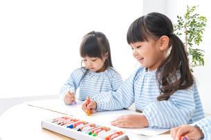 幼稚園でお絵かきをする子どもの写真素材 [FYI04710294]