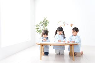幼稚園でお絵かきをする子どもの写真素材 [FYI04710295]