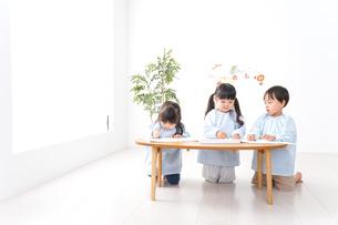 幼稚園でお絵かきをする子どもたちの写真素材 [FYI04710301]