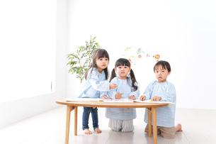幼稚園でお絵かきをする子どもたちの写真素材 [FYI04710304]