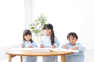 幼稚園でお絵かきをする子どもの写真素材 [FYI04710305]