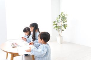 幼稚園でお絵かきをする子どもの写真素材 [FYI04710308]