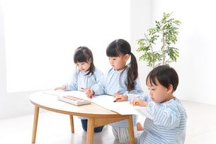 幼稚園でお絵かきをする子どもたちの写真素材 [FYI04710313]