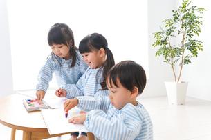 幼稚園でお絵かきをする子どもの写真素材 [FYI04710316]