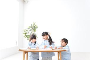 幼稚園でお絵かきをする子どもの写真素材 [FYI04710317]
