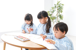 幼稚園でお絵かきをする子どもの写真素材 [FYI04710324]