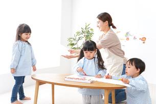 保育士と園児の写真素材 [FYI04710333]