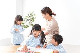幼稚園の先生と児童の写真素材 [FYI04710334]