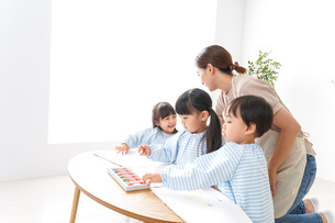 Children and teacher at kindergartenの写真素材 [FYI04710340]