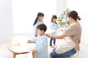 幼稚園の先生と児童の写真素材 [FYI04710343]