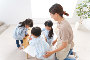 Children and teacher at kindergartenの写真素材 [FYI04710347]