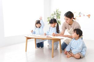 保育士と園児の写真素材 [FYI04710351]
