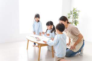 Children and teacher at kindergartenの写真素材 [FYI04710354]