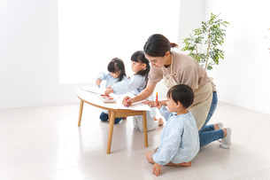 Children and teacher at kindergartenの写真素材 [FYI04710355]