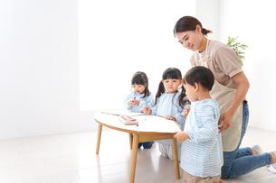 幼稚園の先生と児童の写真素材 [FYI04710357]