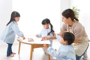 幼稚園の先生と児童の写真素材 [FYI04710361]