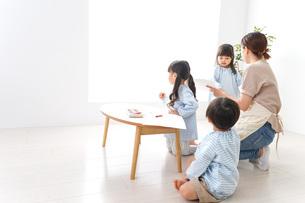 幼稚園の先生と児童の写真素材 [FYI04710362]