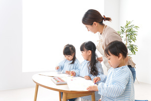 Children and teacher at kindergartenの写真素材 [FYI04710367]