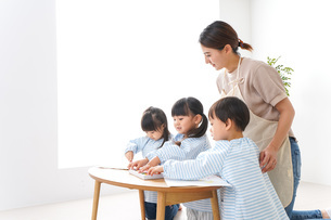 Children and teacher at kindergartenの写真素材 [FYI04710374]
