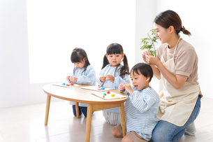 Children and teacher at kindergartenの写真素材 [FYI04710379]