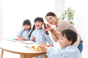 幼稚園で勉強をする子供の写真素材 [FYI04710392]