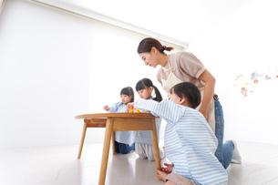 幼稚園で勉強をする子供の写真素材 [FYI04710394]