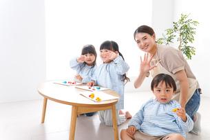 幼稚園で勉強をする子供の写真素材 [FYI04710403]