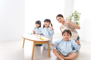 Children and teacher at kindergartenの写真素材 [FYI04710411]