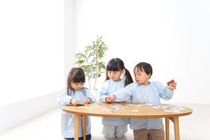Children playing with friendsの写真素材 [FYI04710414]