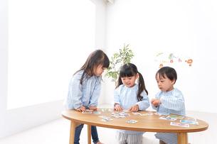 保育園で遊ぶ子どもの写真素材 [FYI04710417]