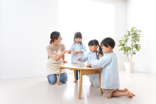 Children and teacher at kindergartenの写真素材 [FYI04710422]