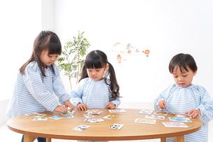 保育園で遊ぶ子どもの写真素材 [FYI04710425]