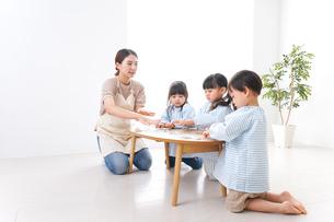 幼稚園で勉強をする子供の写真素材 [FYI04710427]