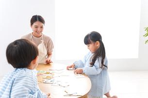幼稚園で勉強をする子供の写真素材 [FYI04710428]