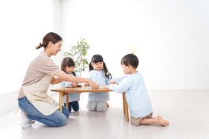 幼稚園の先生と児童の写真素材 [FYI04710432]