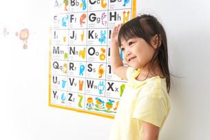 英語を勉強する子どもの写真素材 [FYI04710437]