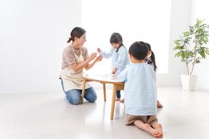 保育士と園児の写真素材 [FYI04710438]