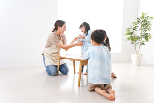 Children and teacher at kindergartenの写真素材 [FYI04710443]