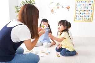 子供の英会話教室の写真素材 [FYI04710493]